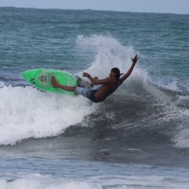 surfing la calle Playa Jaco May 2016